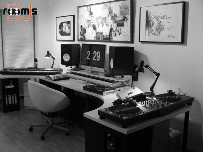 15 beautiful women with records pt. 1   DJ rooms