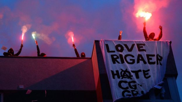Protestors on the roof of 94 Rigaer Strasse on Saturday night. Image: MAURIZIO GAMBARINI